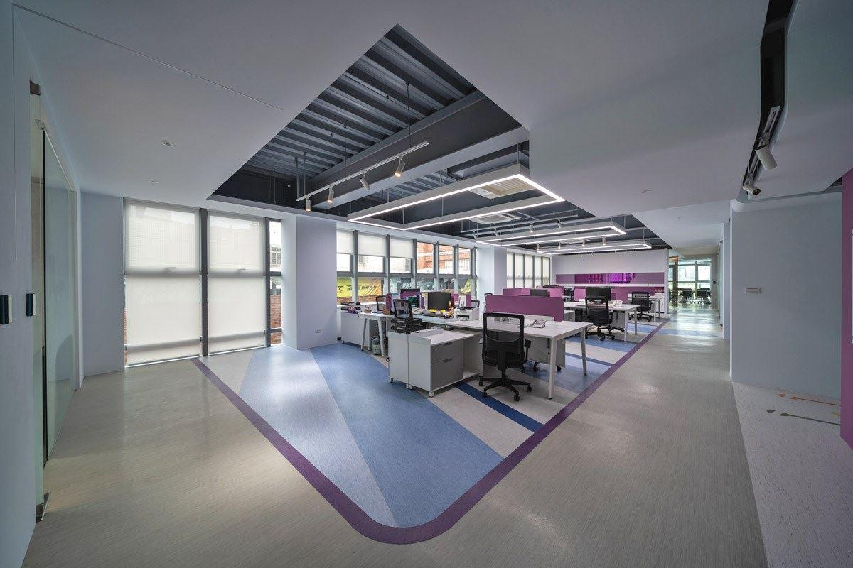 辦公區域與廊道之間,運用不同款式的塑膠地板作為低調分隔。