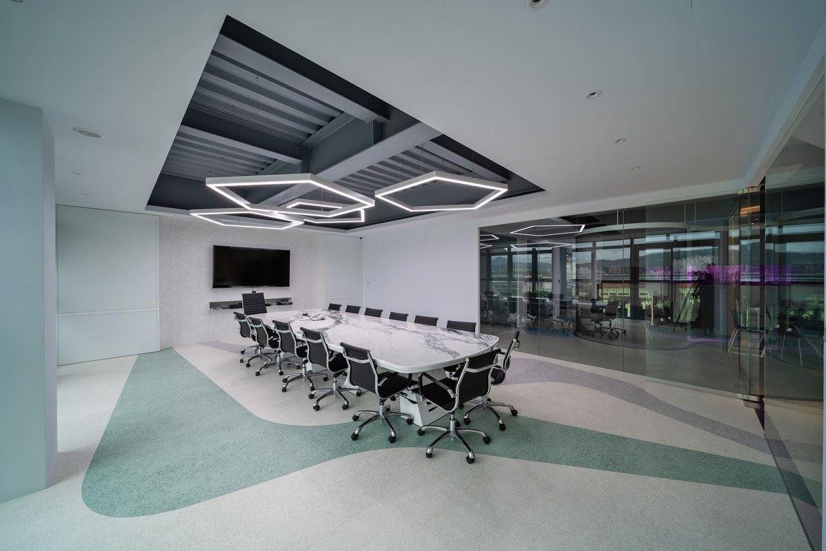 PVC 塑膠地材可以兼具到圖騰花紋的整體視覺性,適合營造空間氛圍,即使是會議室也可以適當點綴色彩,讓空間不至於單板平淡。