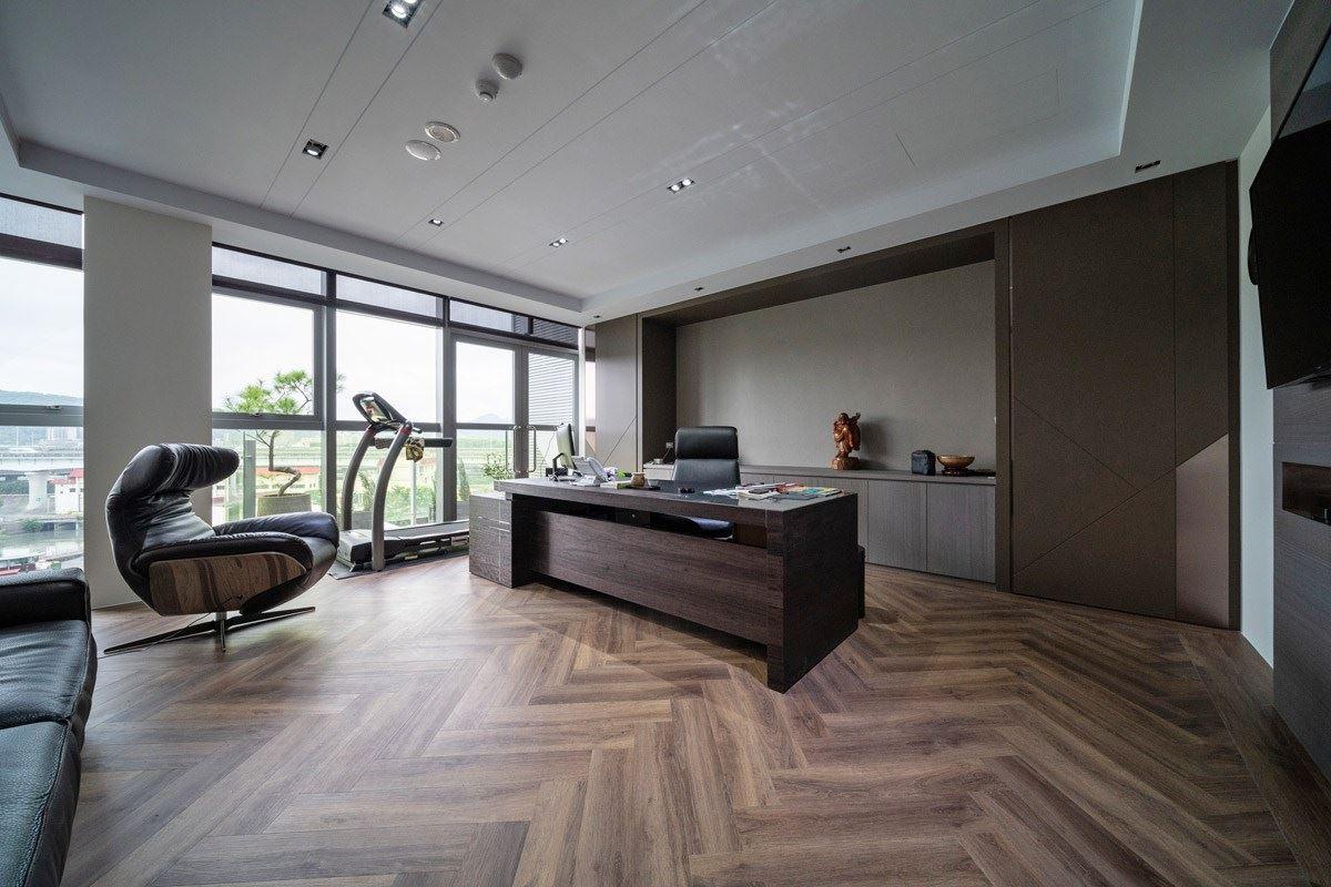 至於高階主管的辦公空間則為了營造沉穩底蘊的質感氣息,因此運用深色實木花紋搭配人字形拼接,兼具都會摩登感與高端情韻。