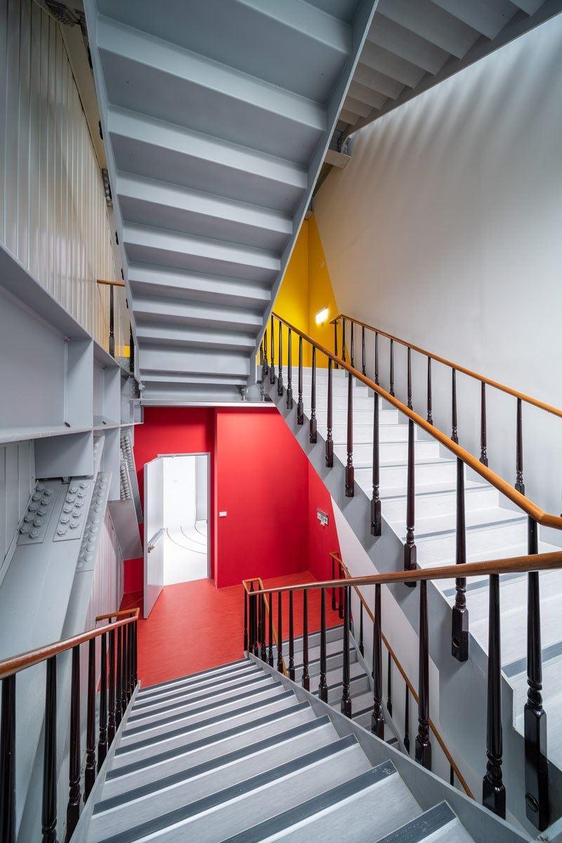 就連樓梯都有自家產品!富銘地板在樓梯口及梯面都有使用 PVC 塑膠地板,搭配每層樓的辦公空間氛圍,選用不同的主色系。