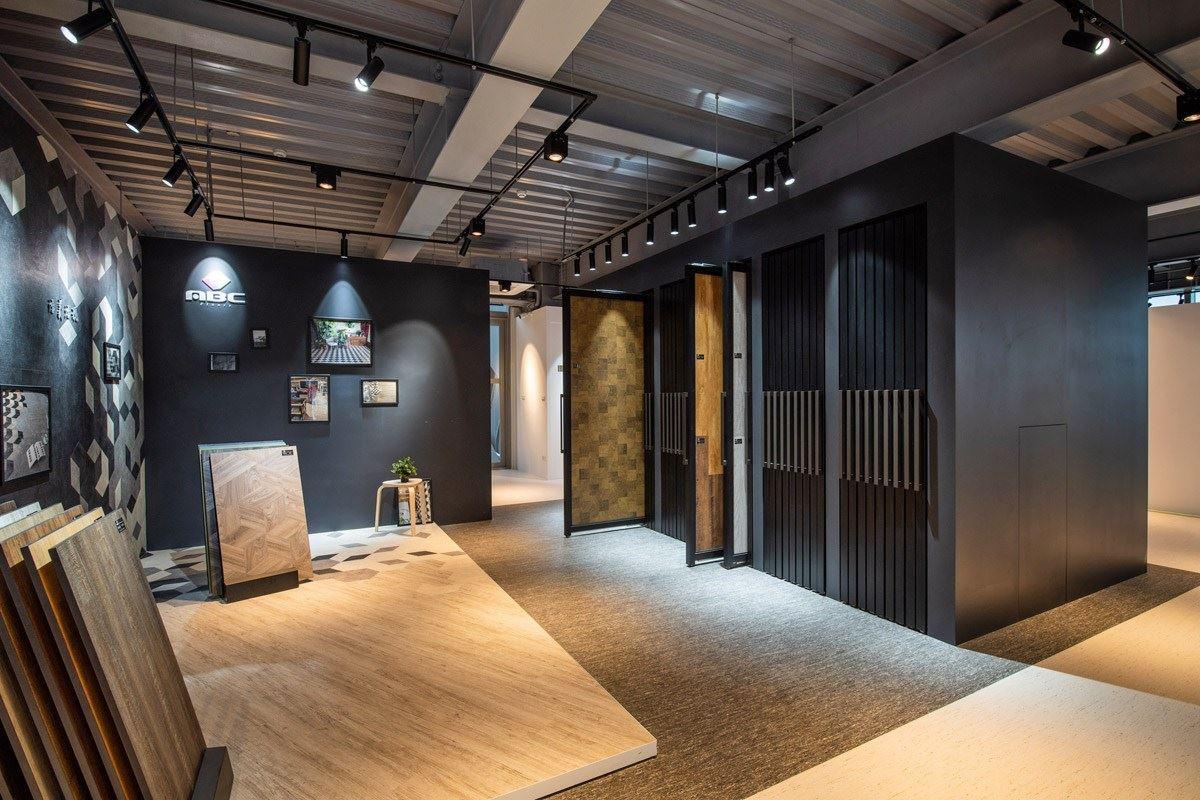 展示區有大量塑膠地板樣式和花色可供選擇。