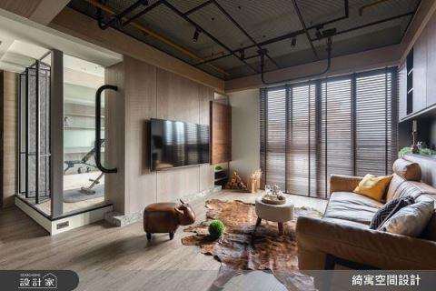 在客廳打拳擊 23坪單身工業風機能宅 綺寓空間設計 張睿誠