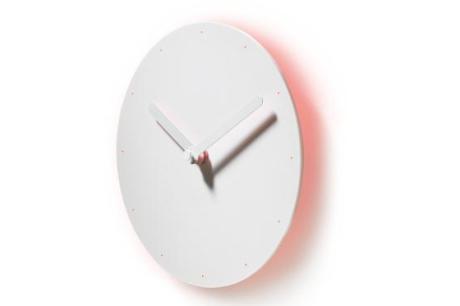 有光暈效果的純白時計