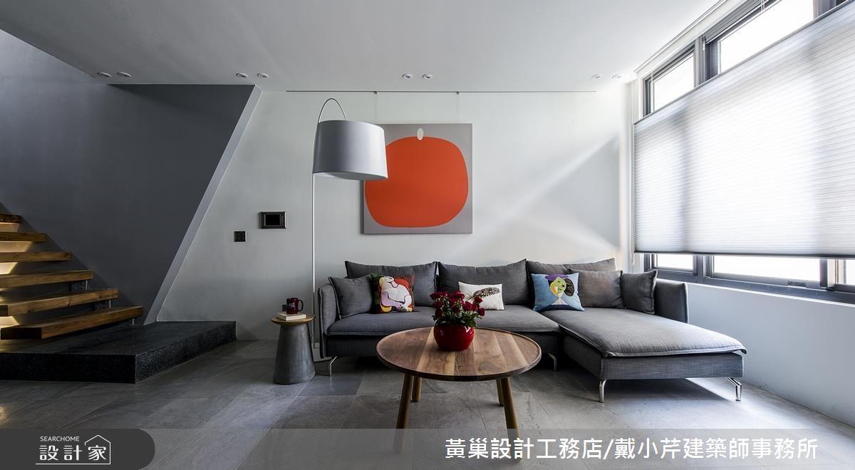 運用斜角突起與灰階色差,沉穩的灰白牆面有了簡約低調的變化,再掛上一幅色彩十分搶眼現代藝術畫作,簡約中不失亮點。