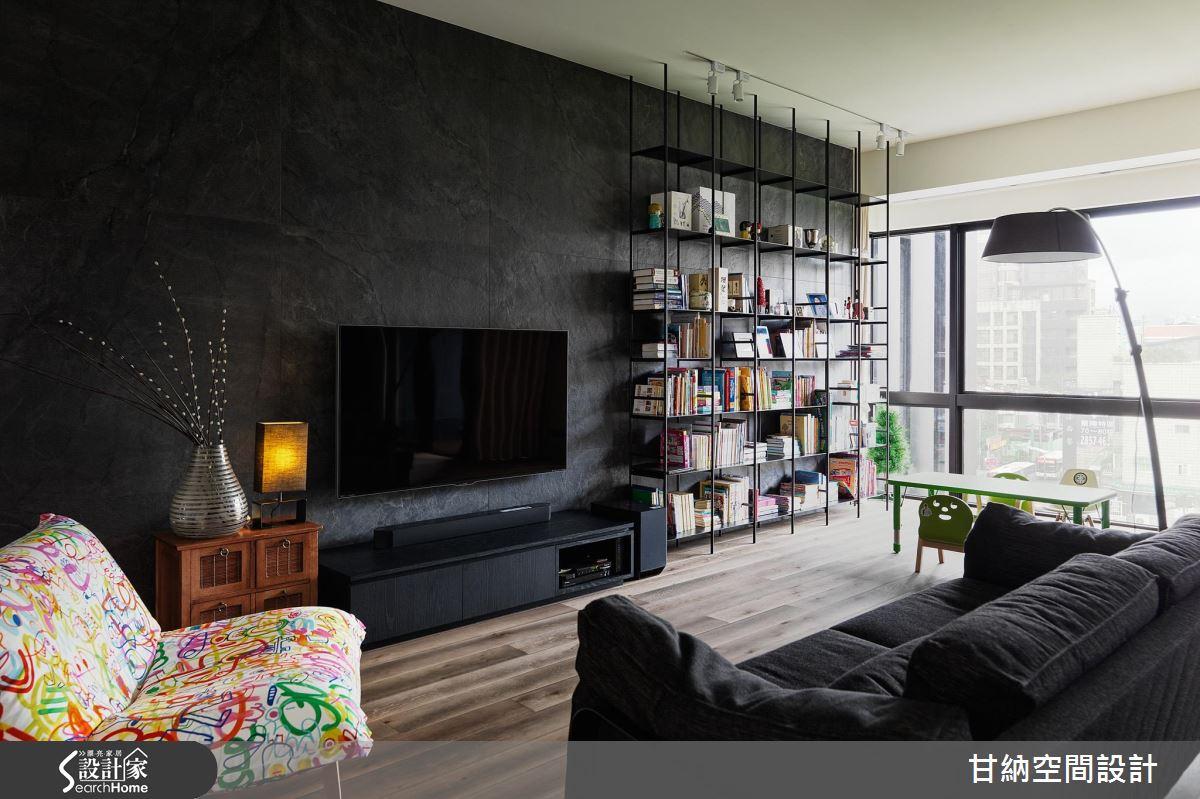 客廳運用大量鐵件,造型吊燈十分具有個性,而無背板的書架讓深灰石紋的牆面露出,讓牆面的質感有視覺的延續性。