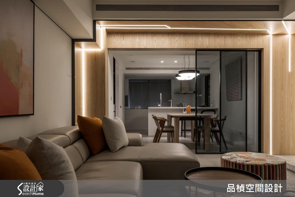 利用內嵌式照明設計出光帶的效果,讓光線在木質牆面上拉出線條,十足前衛的設計,發揮照明機能的同時,也成為了空間區隔的分水嶺。