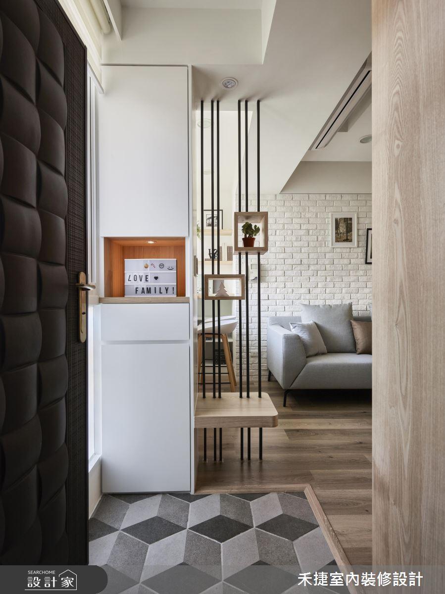 簡單的鐵件加上木作,構成了區隔玄關與客廳之間的小屏風,運用裝飾小物與植栽讓空間更有趣味。