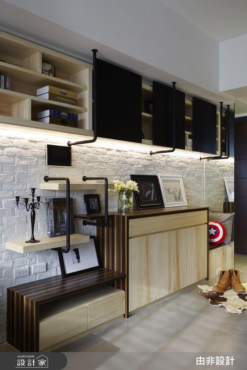水管造型的鐵件,結合了層板在牆面上做收納規劃,木質中和了鐵件較剛硬的氣息,配色也十分吸睛。