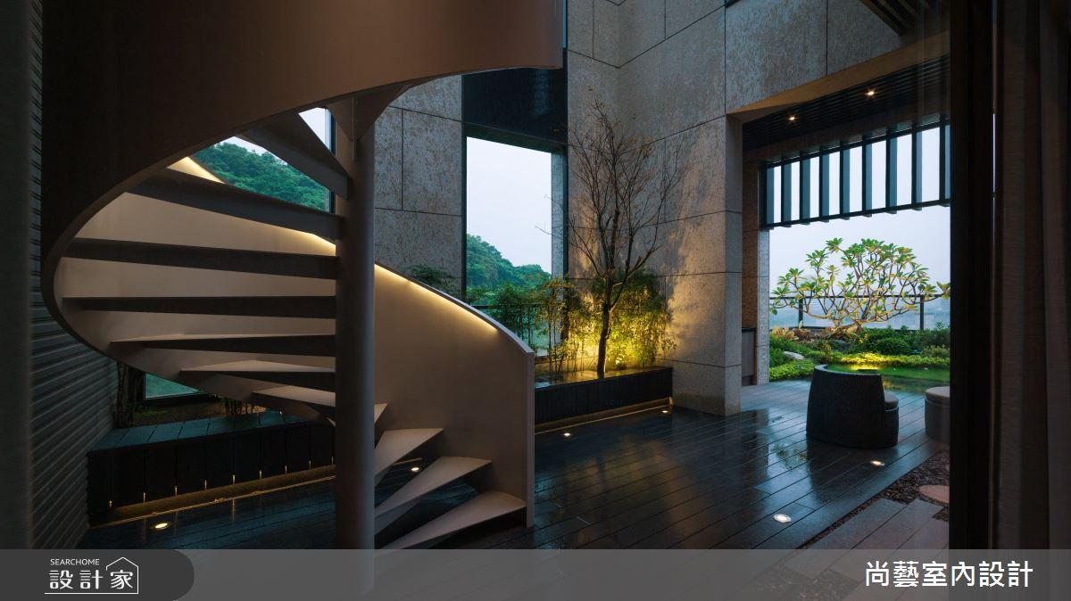 本案是大坪數的案例,且有戶外空間,空間較大時樓梯的設計就有更多的造型發揮空間,這座戶外的螺旋樓梯,本體的造型與線條十分搶眼,佐以燈光照明,在夜間更透露出沉靜又神秘的氣息。