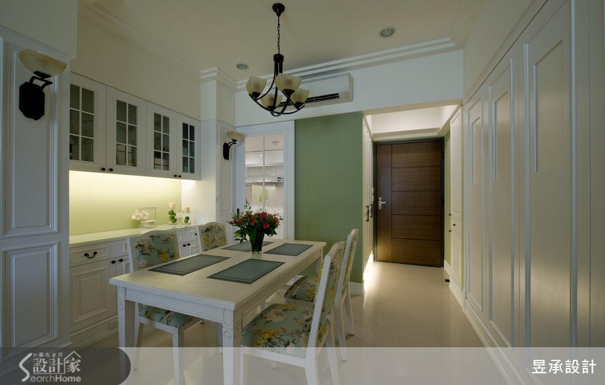 餐廳的餐具櫃,左右兩側白色的美式壁板,其中立面隱藏提供廚房及走道空間使用的收納高櫃。