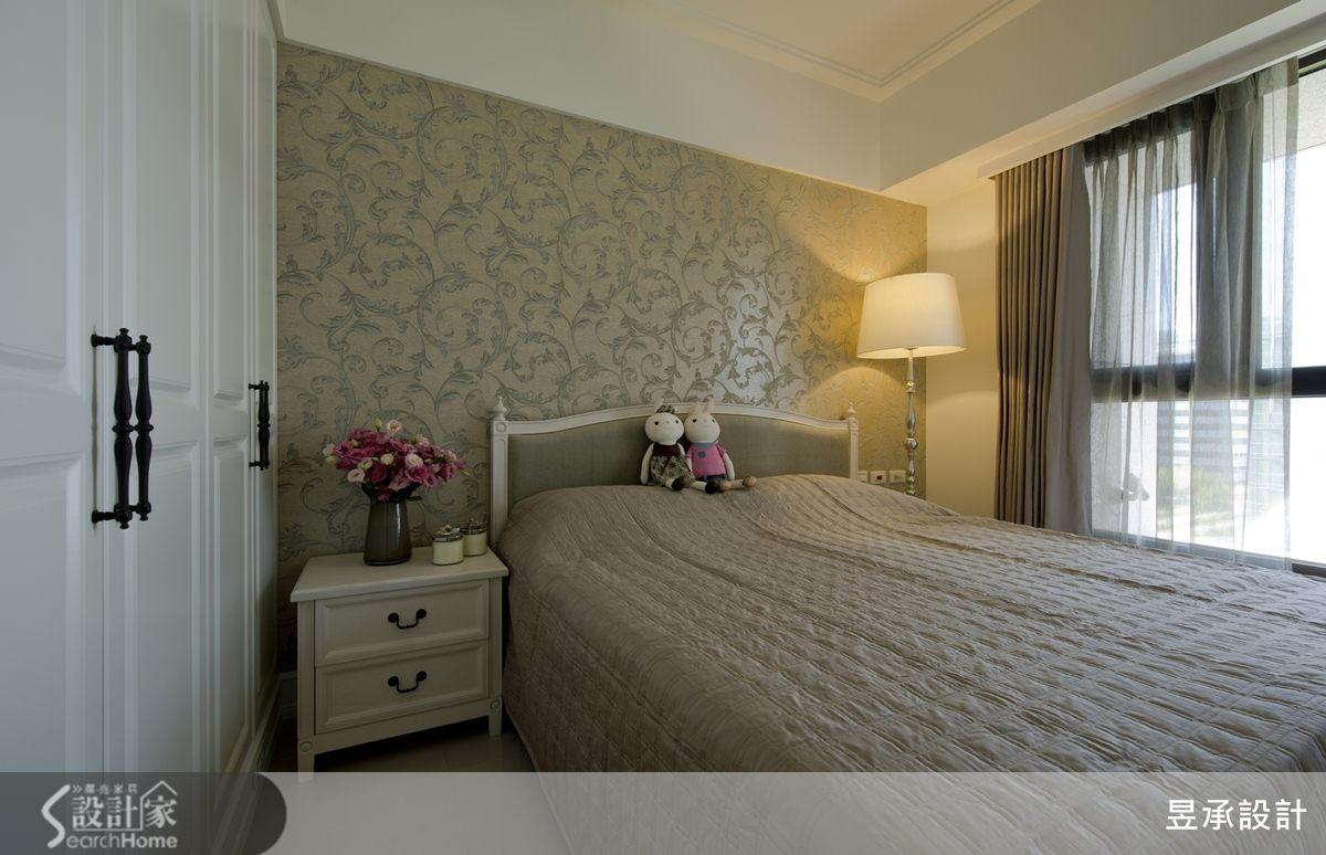主臥室床頭選用古典圖騰紋飾的壁紙,搭配同色系窗簾,承襲與公共空間一致優雅美式風格。