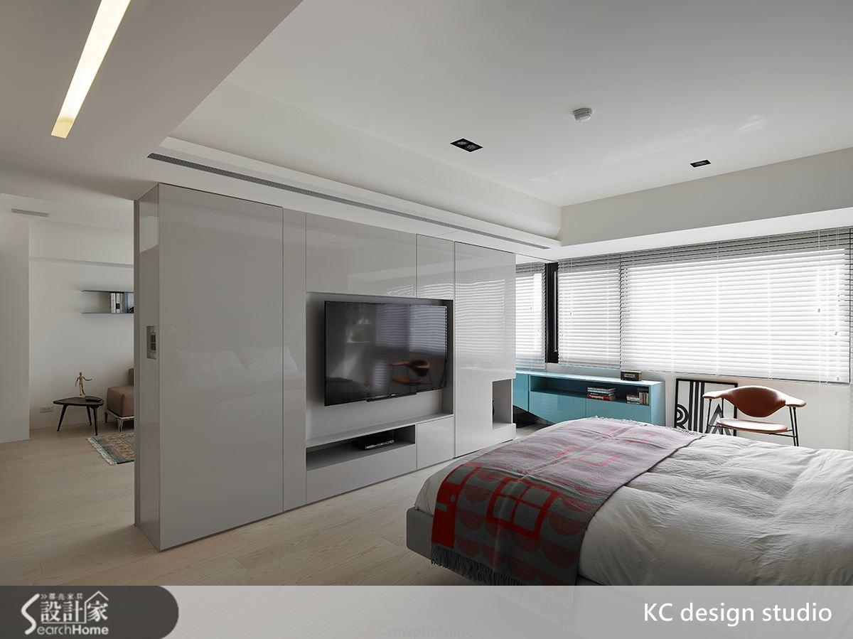 開啟拉門時,即出現客廳臥房之間的通道。