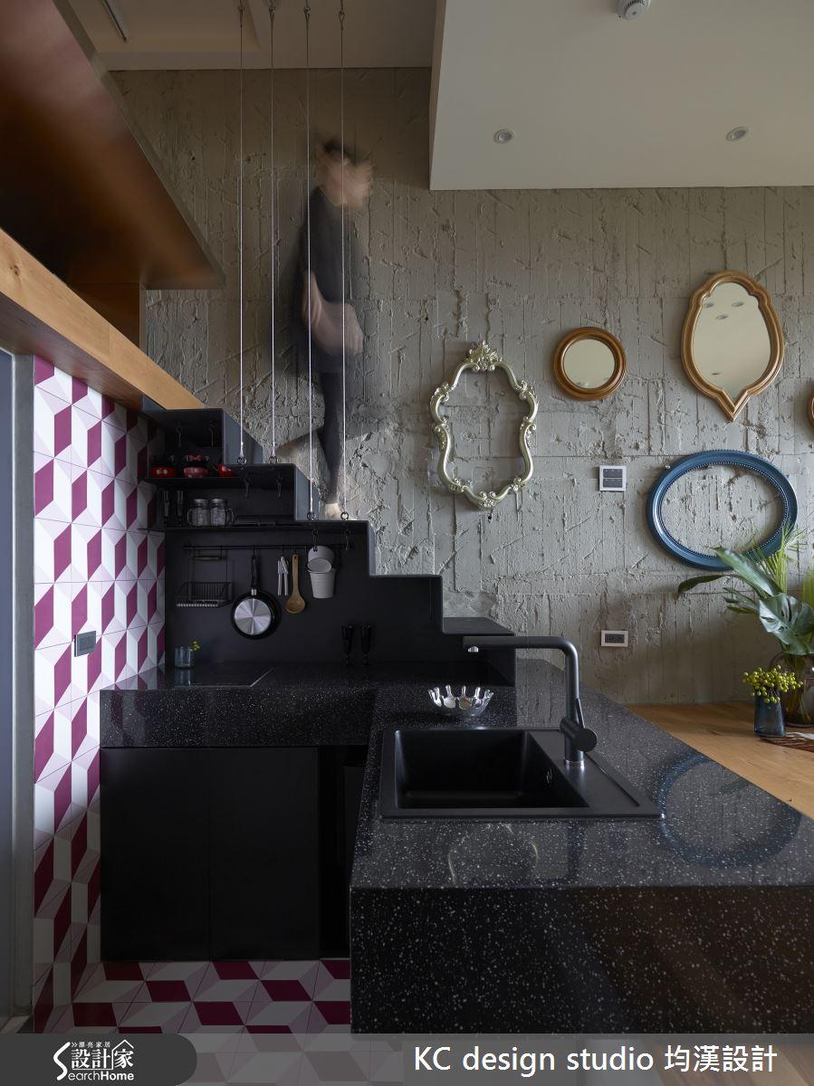 樓梯下方的小空間,規劃了簡單的單人廚房,不論是獨自在家,還是朋友來訪,簡單下個廚也能享受生活樂趣。