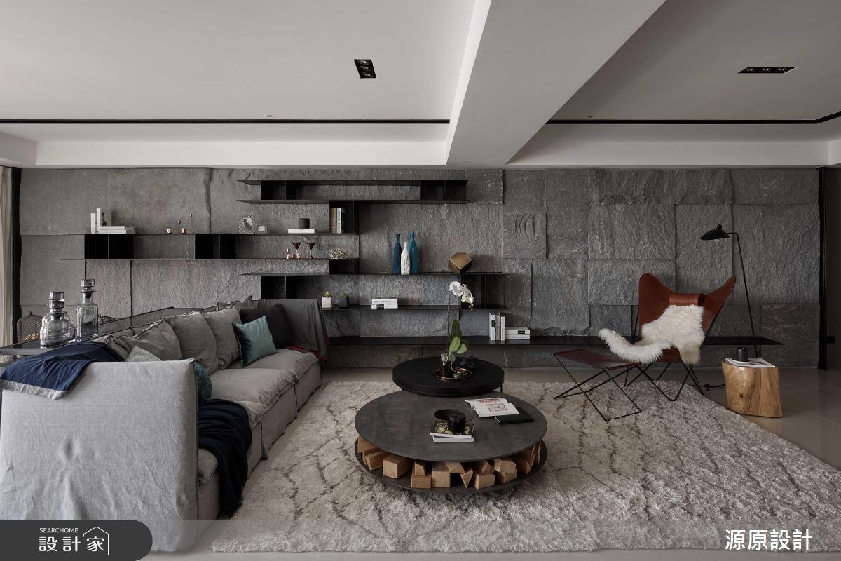 石材紋理的牆面,不規則的凹凸拼貼,將經常見於戶外公共空間的作法移到客廳,更有一種接近自然原始的感受。