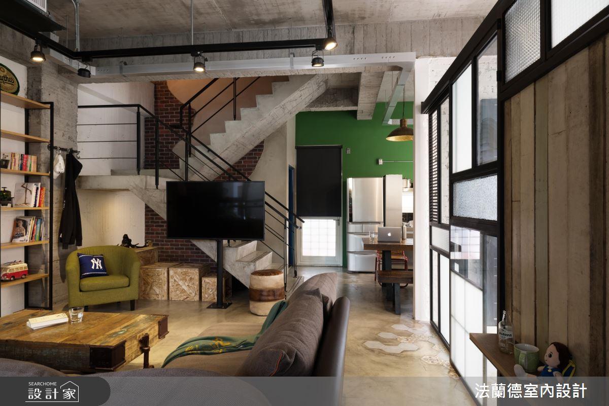 簡單的水泥樓梯加上鐵件的扶手,牆面的磚牆花紋與多種色彩運用,有別與工業風的冷冽,拼貼出較為活潑的Loft風格。