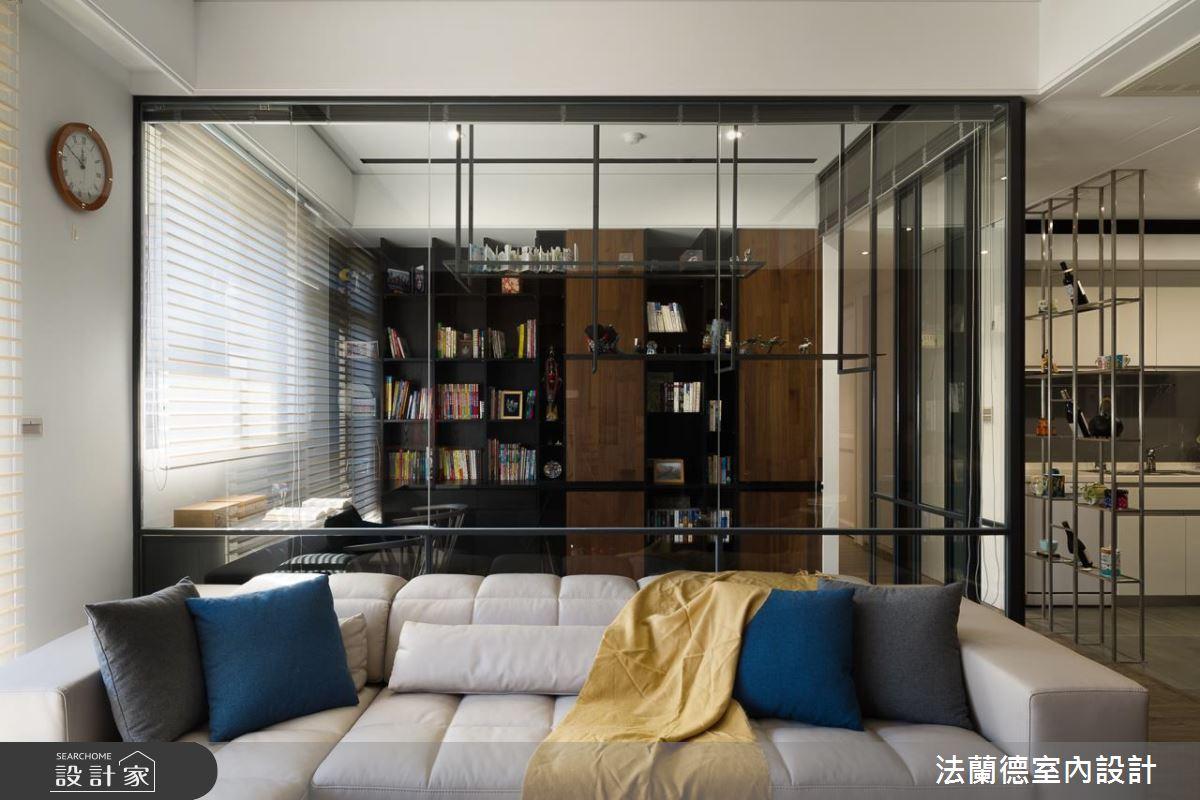 玻璃隔間的書房加上簾子,需要隱私時可隨時調整,一旁規劃的鐵件置物架,也是為了保有視覺穿透的考量。
