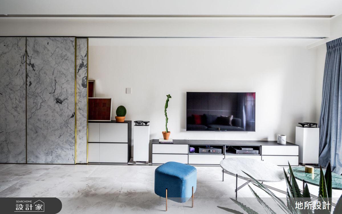 多功能收納牆 x 淨白大理石 讓長型暗屋化為明亮現代宅