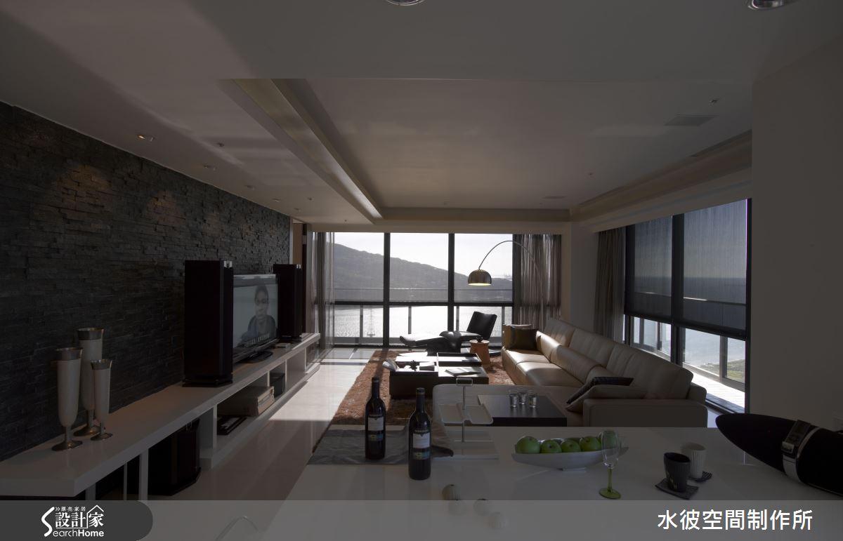 客廳的盡頭是觀音山靜靜橫躺於水面,黑石英文化石牆面則讓整體空間更低調
