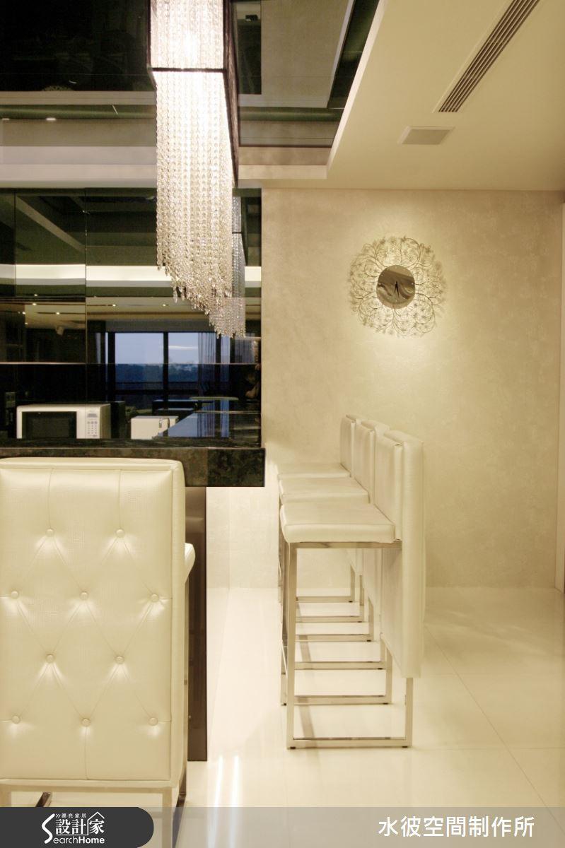 吧台區黑鏡、黑檯面與白色椅背、珍珠白壁紙形成黑白強烈對比