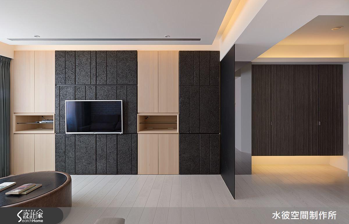 保留原本電視櫃體,外部整合局部挖空,即為新的電視主牆