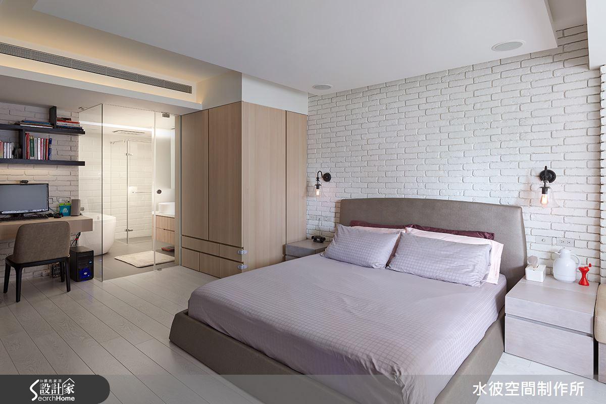 床背主牆及書桌背牆文化石的語彙延伸進浴廁內,浴廁牆面使用小片磚拼貼