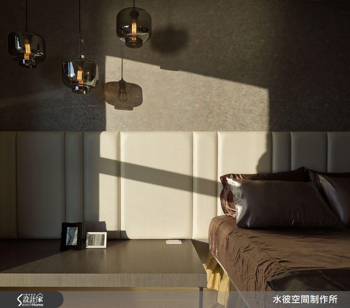 次臥床頭繃布的寬窄韻律與其上之吊燈構成一協調畫面。