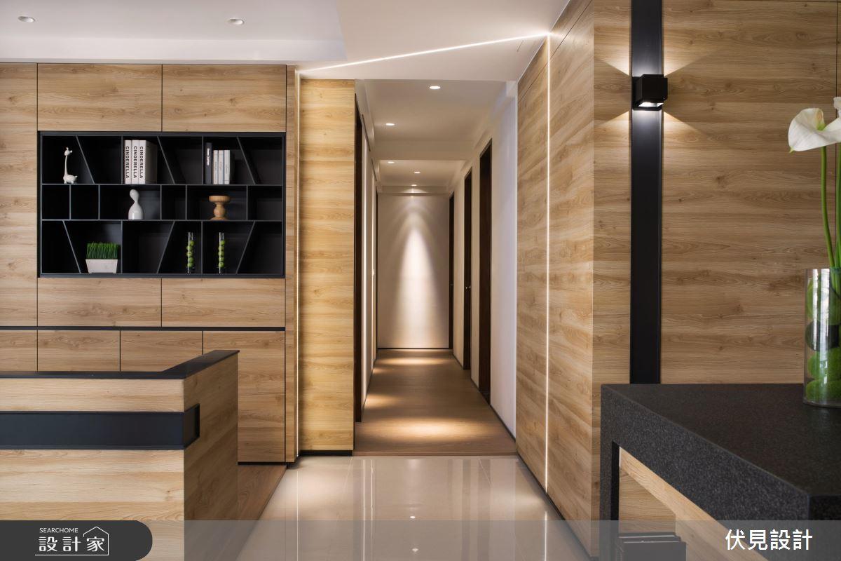 利用內嵌式照明、壁燈,在牆面上投射出明暗漸層的光暈,或拉出線條鮮明俐落的光帶,讓原本素面的牆壁也有豐富的變化。