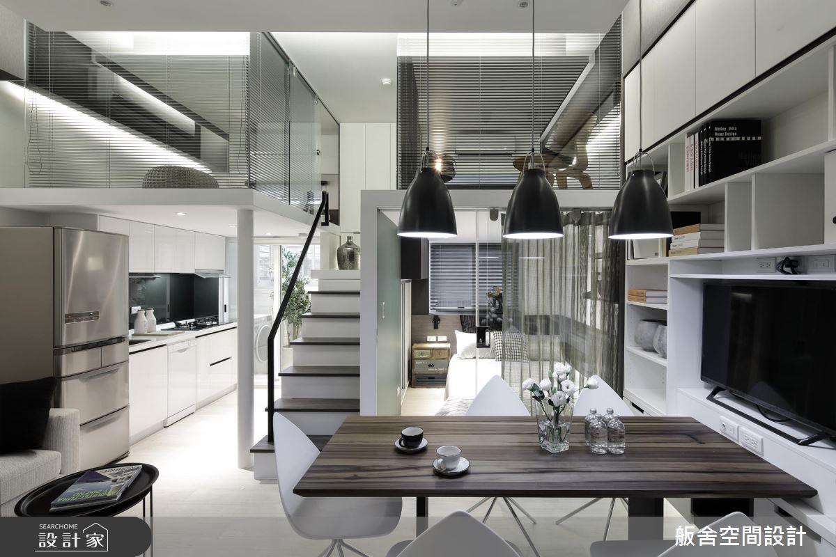 此案例為夾層屋,利用樓梯做為畫分空間的物件,將主臥室與廚房區分開來,由於空間較小,同樣使用鐵件扶手並簡化線條,讓視覺更輕盈。