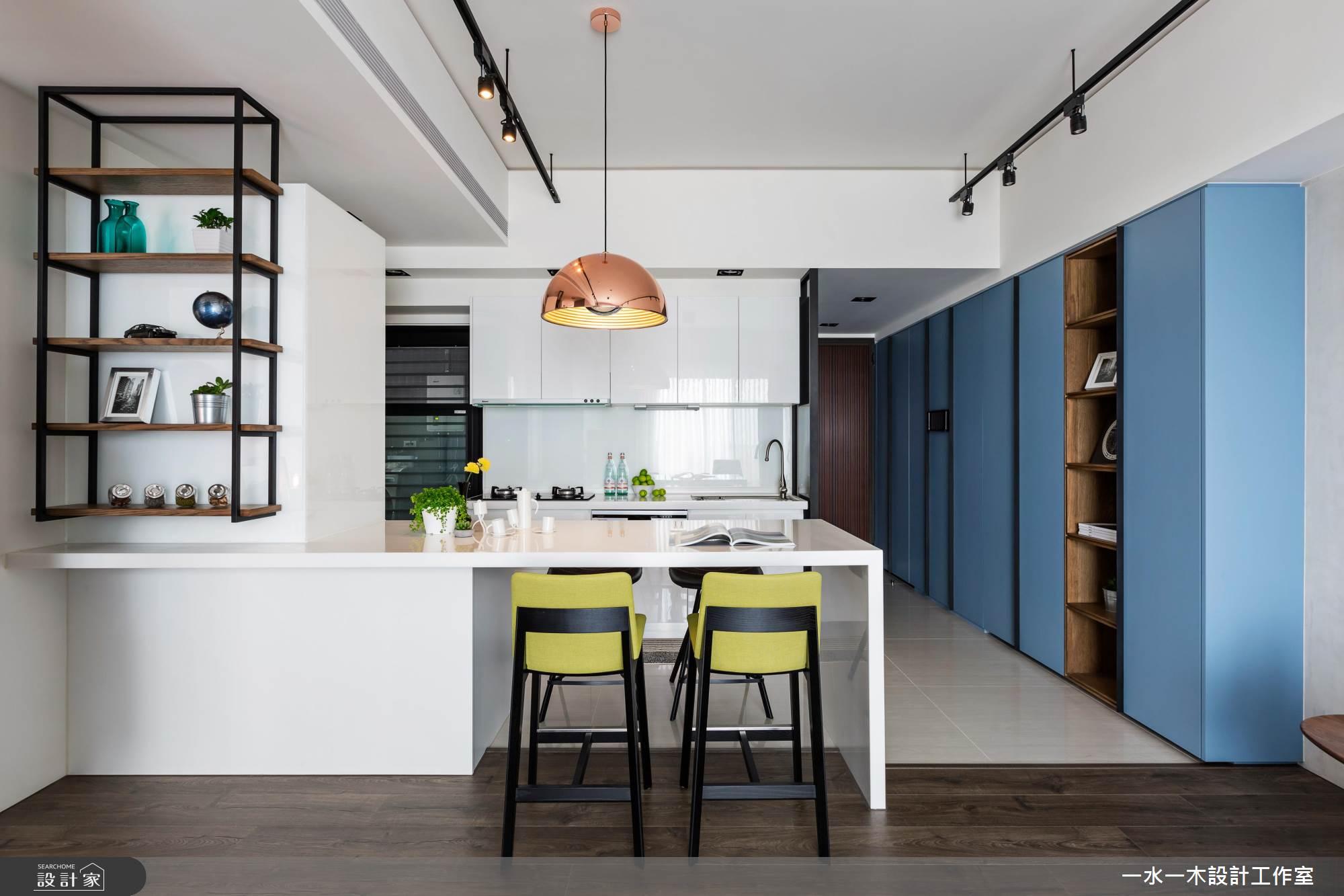 天花板的軌道燈,加上餐桌的金屬吊燈,在簡約的空間中十分搶眼。