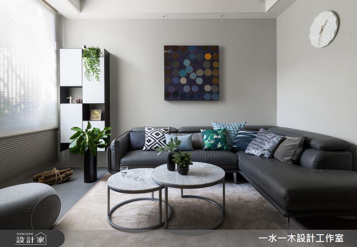 掛上現代藝術風格的裝飾畫作,讓空間裡多了一分藝術氣息。