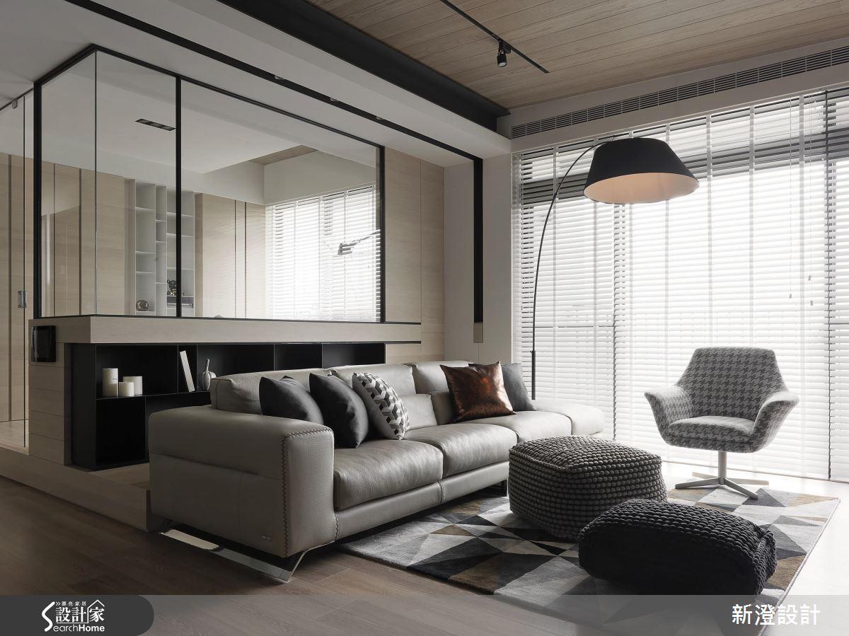 客廳後方的空間區域,以透明玻璃、鐵件,結合下方櫃體構成半開放式的隔間,大面積的落地窗引入戶外自然光源,半開放的玻璃隔間讓戶外光線穿透,大幅提升了整體空間的採光機能。