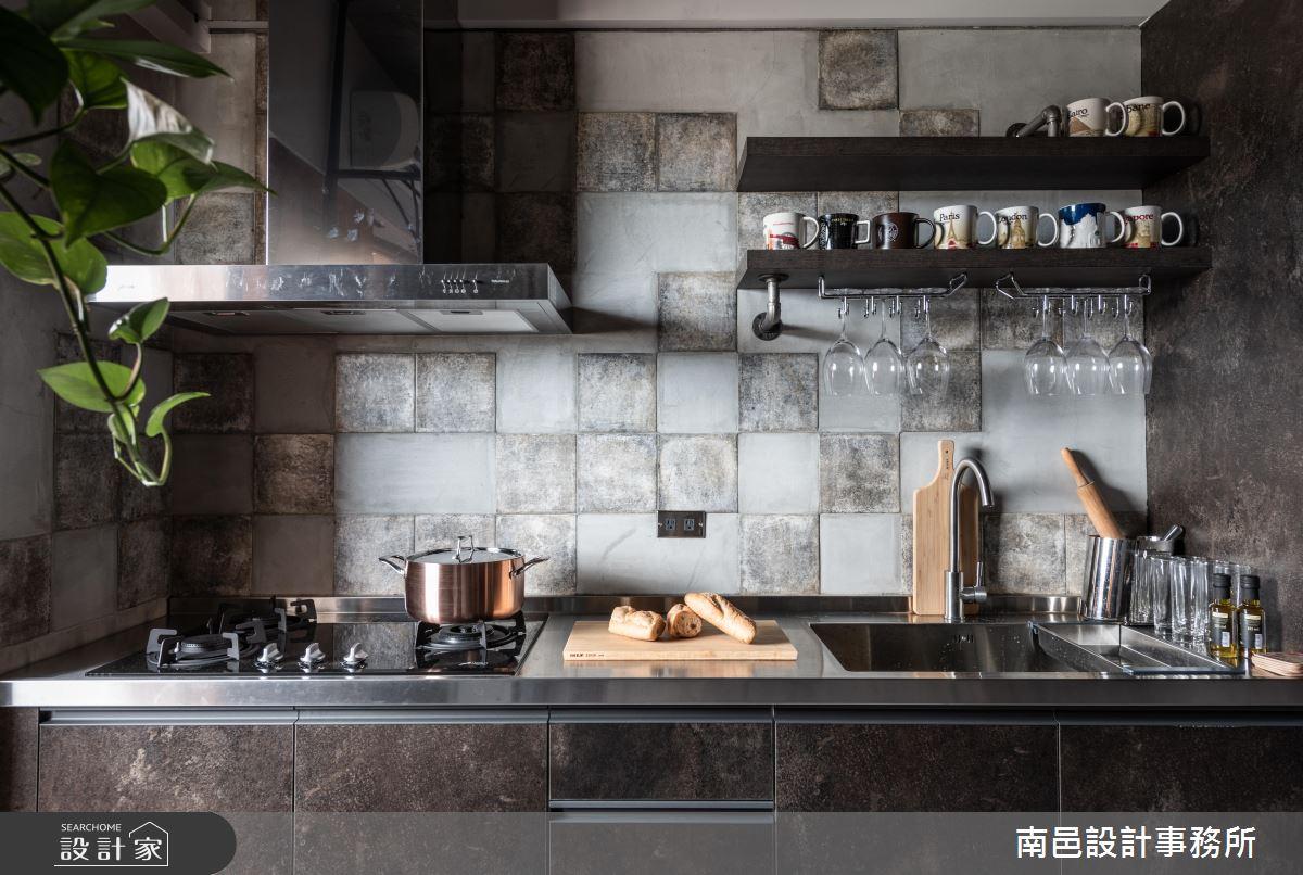 運用清水模與異材質的牆面做出斑駁的紋理,讓小巧的廚房看起來顯得十分有個性。