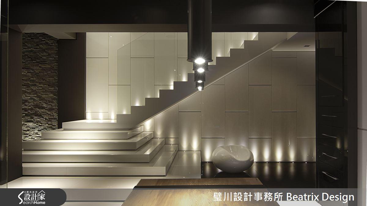 在上樓梯的前五階作一個小轉折,減緩樓梯坡度,空間的線條感受也大不相同,全玻璃的扶手兼顧安全性與視覺穿透性考量,燈光則兼具了照明與空間氛圍的營造。