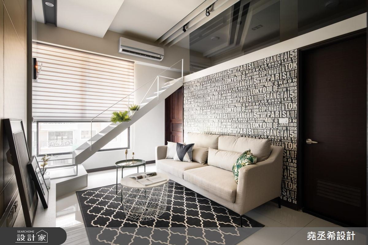 這個案例只有16坪,濃濃的現代風設計,樓梯第一階延伸與電視櫃結合,減緩樓梯坡度同時放大樓梯下方空間,幾何三角線條設計的白色鐵件扶手,色彩與造型都有整體性。