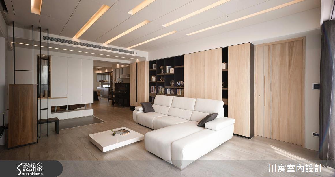 客廳天花板的內嵌式照明,利用錯落的長線條,勾勒出空間線條的透視感,與收納櫃組的矩形線條相呼應,形塑出簡練的現代風格。