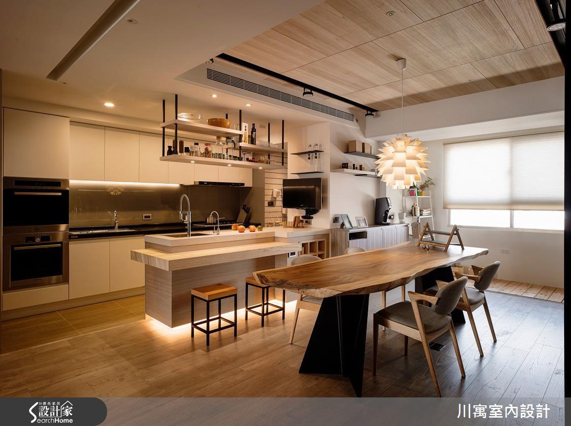 餐廳的造型吊燈成為空間中的視覺焦點,吧檯底部的照明相當有巧思與特色,除了氛圍營造之外,也能有夜燈的功能。