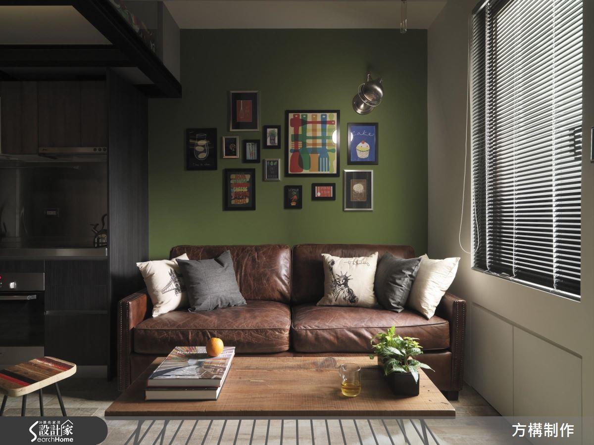 同樣是深綠色的牆面,搭配深棕色的皮沙發,牆面大小不一位置錯落的裱框畫作,跳脫出強烈的個人風格。