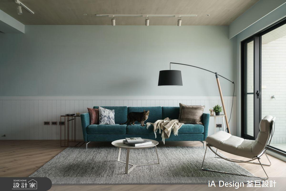 天花板的木紋與木地板相互呼應,軌道燈使淺色系烤漆使配色更加柔和,搭配一具造型立燈,實用與美感兼具,輕鬆營造出簡約舒適的loft風格。