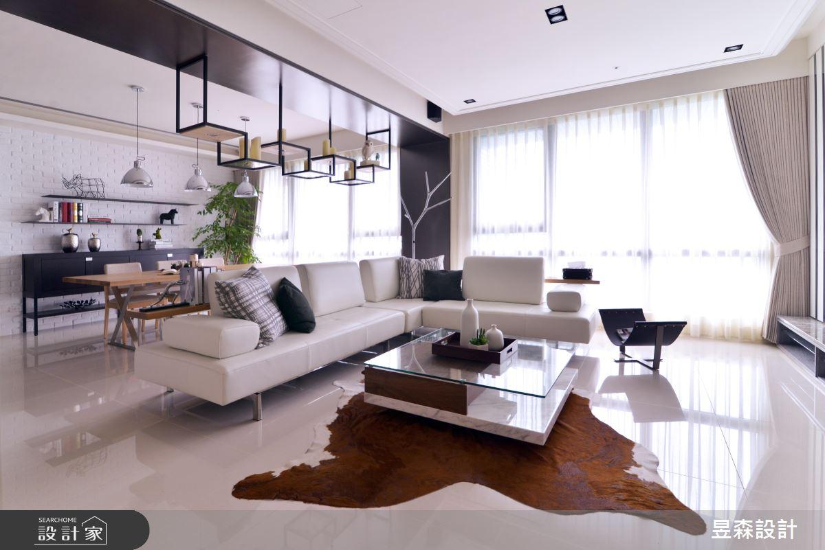 在客廳與餐廳之間的樑柱下方使用了造型鐵件裝飾,可作為簡單物品展示架,也有空間區隔的功能。
