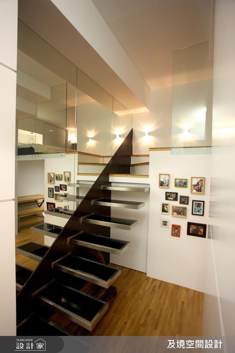 同樣鏤空設計的樓梯,搭配一旁的鏡面更能塑造寬廣的空間感。