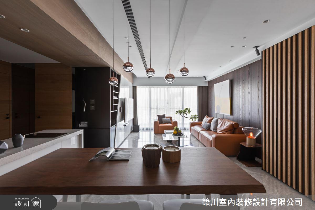以木質基底的現代風空間設計,選用的傢俱物件配色呈現顏色深淺不同的木作營造出層次感,空間基本底色較深重,餐廳燈具選用了鐵件金屬亮面烤漆的金色球型吊燈,簡約但十分亮眼。