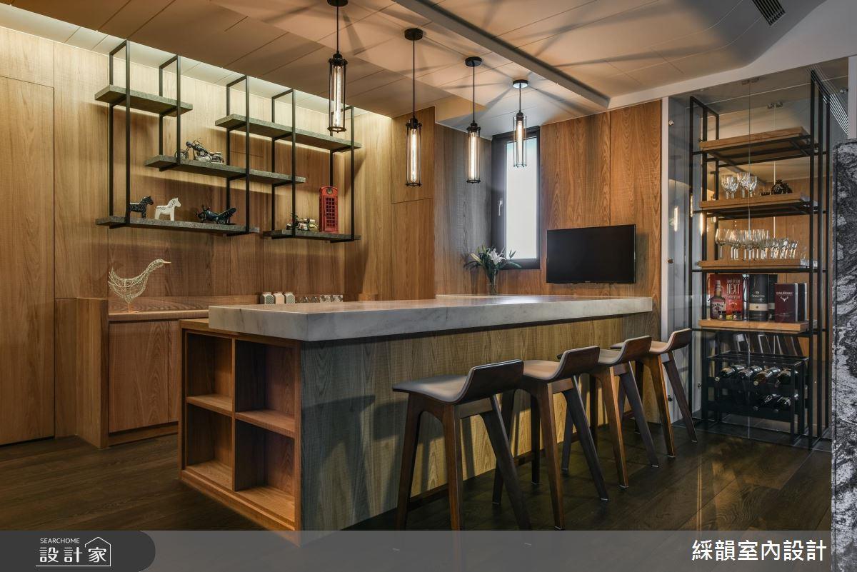 吧檯區前後兩側的層架、照明吊燈皆使用了鐵件,與整體空間木質為主的氛圍相當融合,又是一個異材質的絕佳案例。