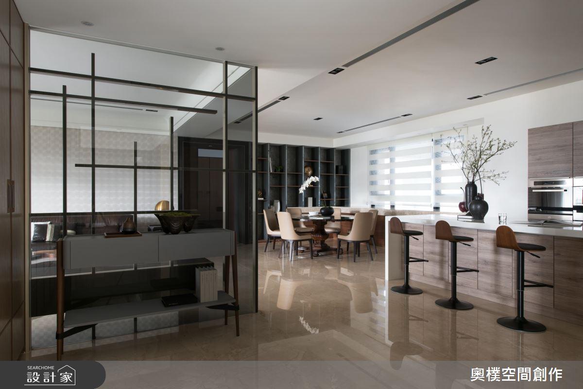 運用鐵件在暗色玻璃上做出線條造型,半透明的開放隔間,讓視線從客廳延伸穿透。