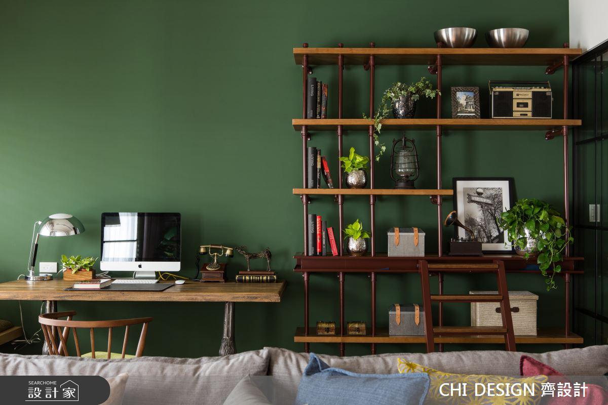 深綠色素雅的牆面沒有任何裝飾,選用了深木色系的簍空層架,配色相當亮眼,物品擺設建議留些空間突顯牆面色彩。
