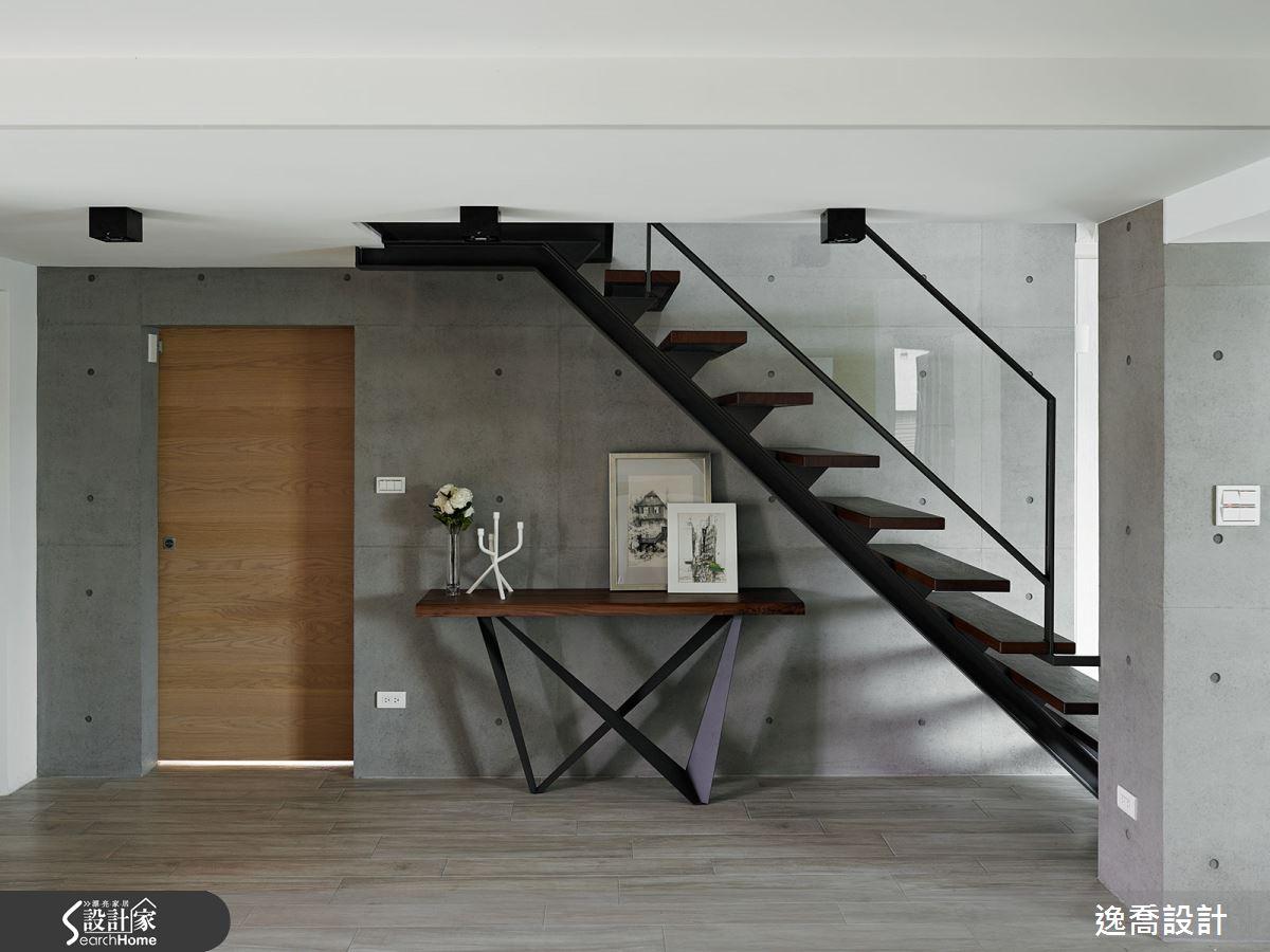 鏤空設計的樓梯,使用玻璃、鐵件營造出現代感,有別與傳統實心樓梯的笨重視覺,梯下方空間可做任何運用,或簡單妝飾。