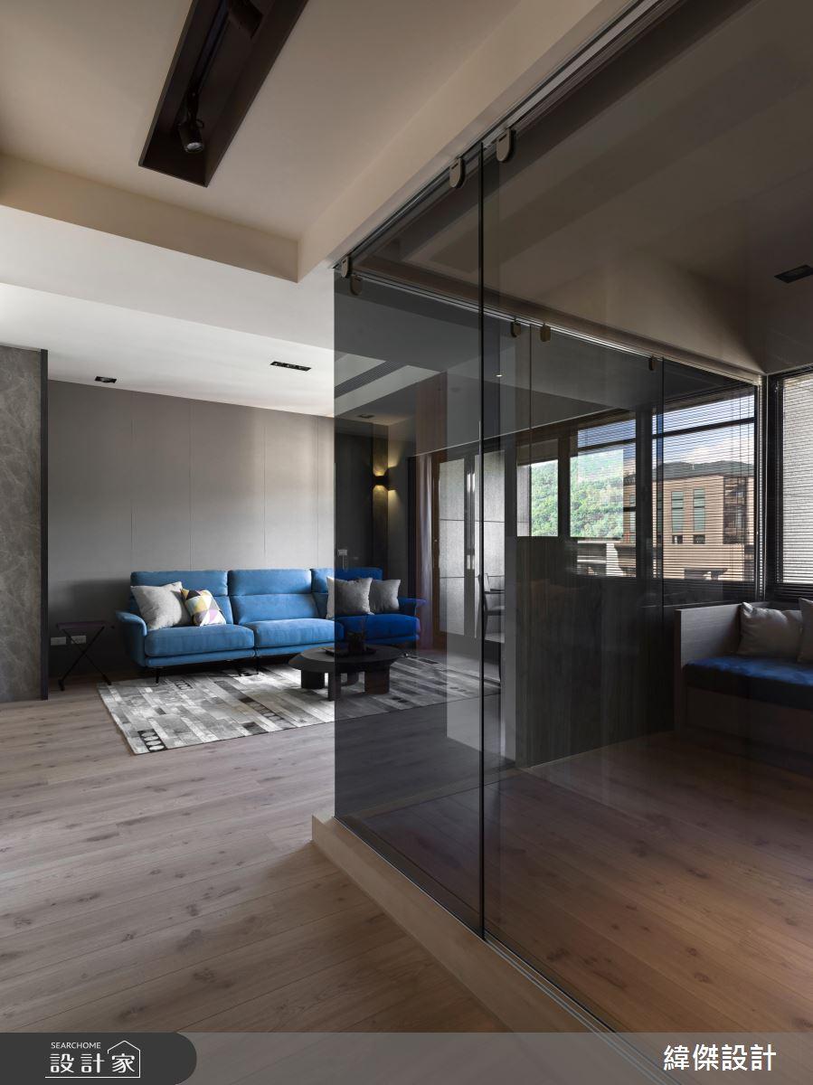 客廳與一旁的起居室採用了暗色玻璃做出隔間,不論當作客房或書房均可,加上採光得宜,空間顯得簡約通透。