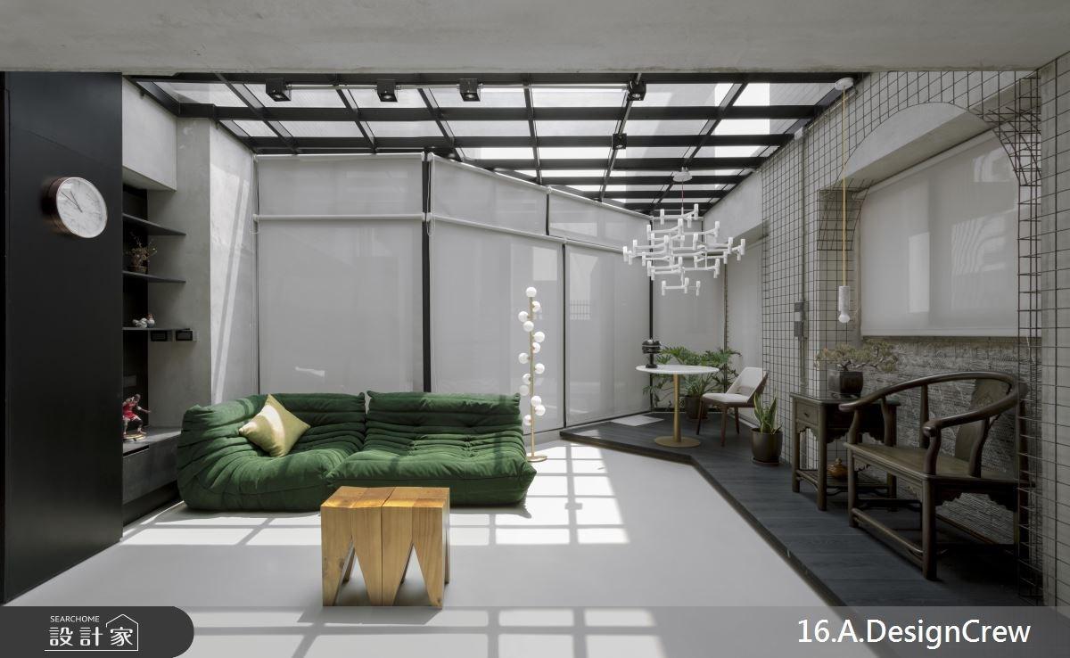 坐在工業風客廳裡,就能用 25 坪換得陽光與天空!