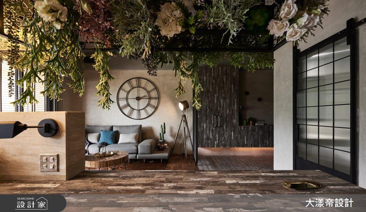 花藝與鐵件交織工業風情!搬進塞納河畔的人文咖啡館