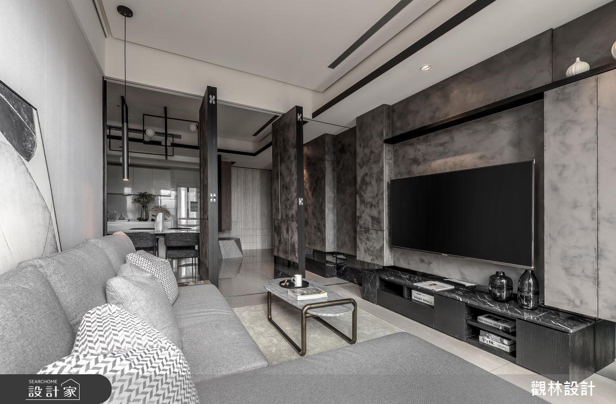 客廳物盡其用!大沙發+彈性拉門瞬間變身小客房