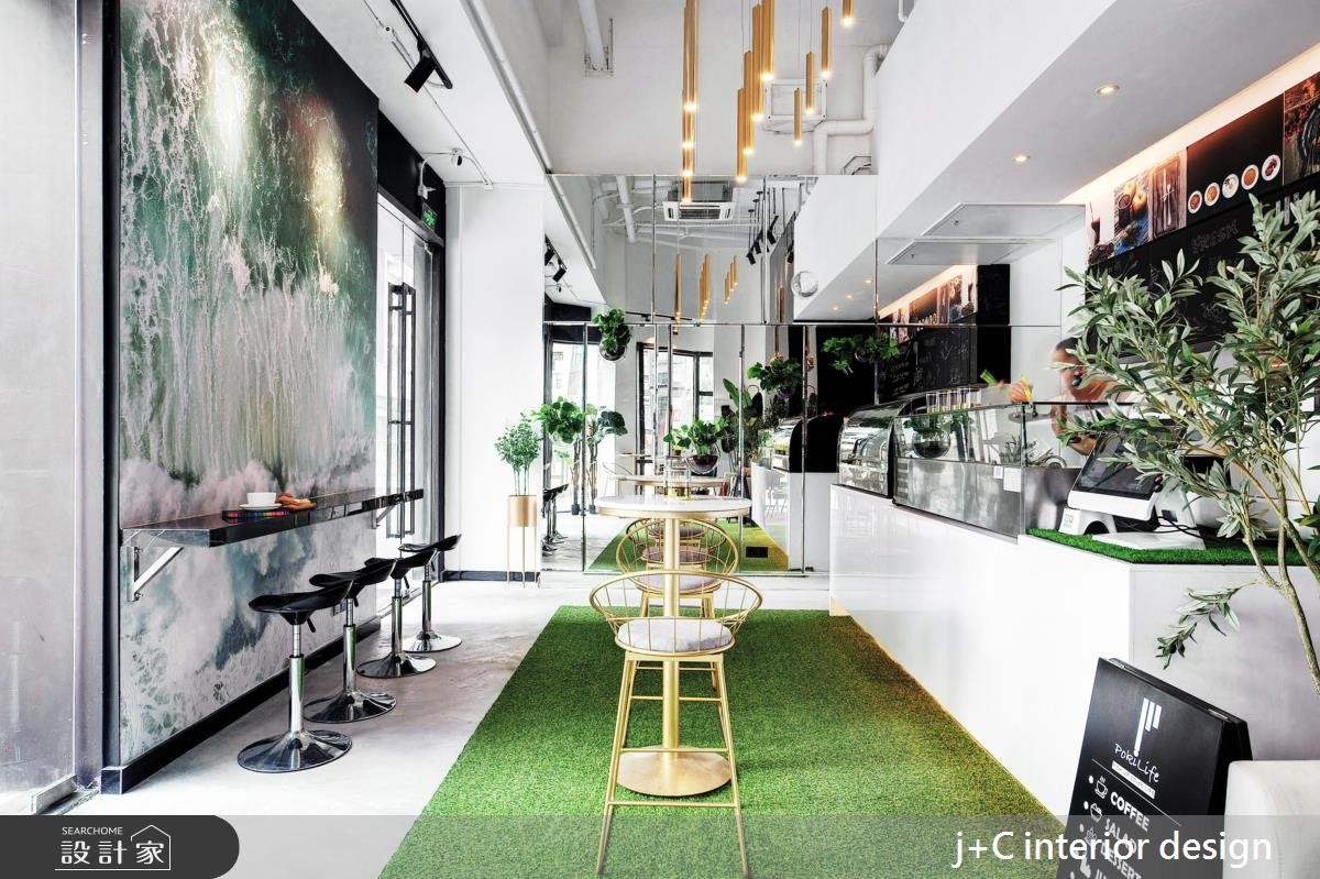 用鏡子偷空間,混搭植栽變亮眼!活力滿室的優雅咖啡廳